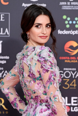In this image we can see the actress Penélope Cruz wearing Ralph&Russo dress in Los Goya.