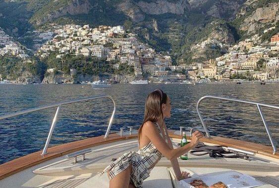 Inluencer on boat